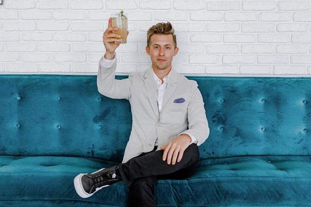 Mężczyzna robiący toast