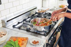 Gotowanie jedzenia na kuchence