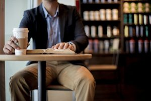 Mężczyzna z kawą na wynos