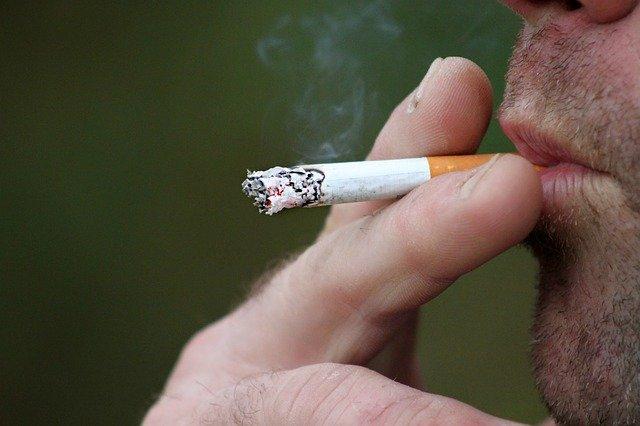 Mężczyzna z papierosem w ustach
