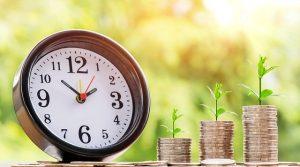 zegar i słupki monet