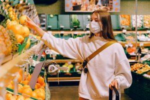 Dziewczyna w masce na zakupach