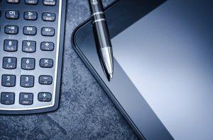 Kalkulator, długopis i tablet