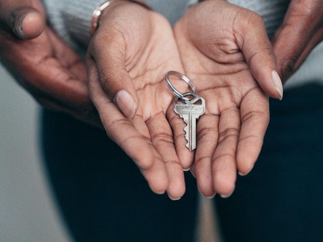 klucz do domu w rękach pary